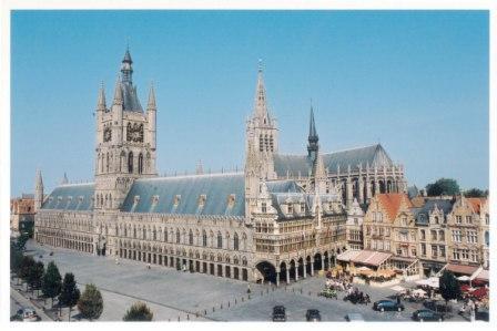 中心地にそびえる繊維会館会館と鐘楼(世界遺産)